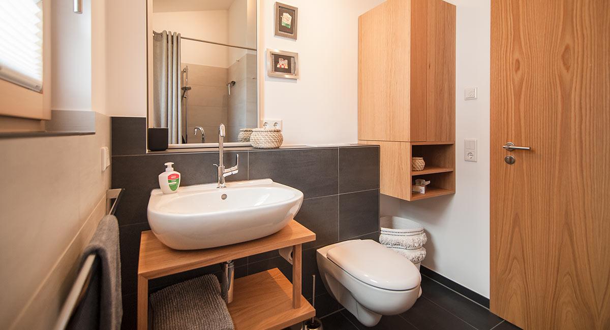 Kompakt und doch komplett ausgestattetes Badezimmer im Ferienhaus Newergarten (Wadern)
