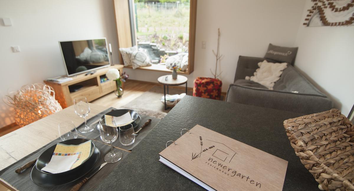 Modern und trotzdem gemütlich: Wohnbereich im Ferienhaus Newergarten