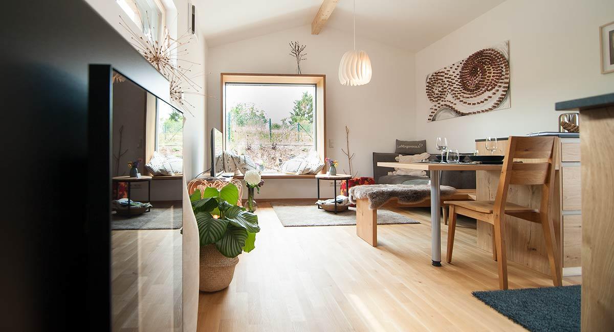 Ein helles, freundliches Wohn-/Eßzimmer erwartet die Gäste im Newergarten (Nunkirchen, Nordsaarland)