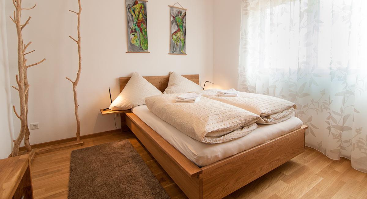 Ein metallfreies Bett aus Massivholz sowie schadstoffreie Matratzen sorgen für einen erholsamen Schlaf.