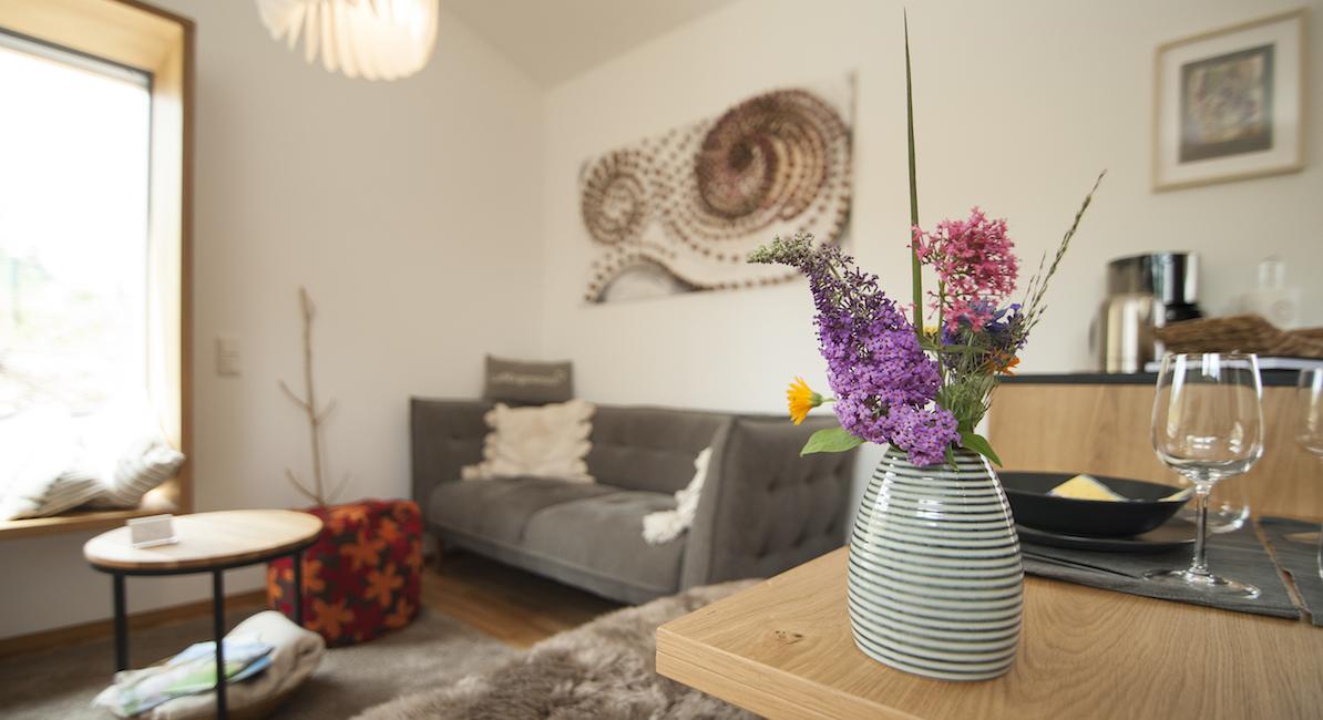 Liebevoll und dekorativ eingerichteter Wohnbereich bei Gabi Kirsch und Hubert Lorig (Unterkunft Newergarten)