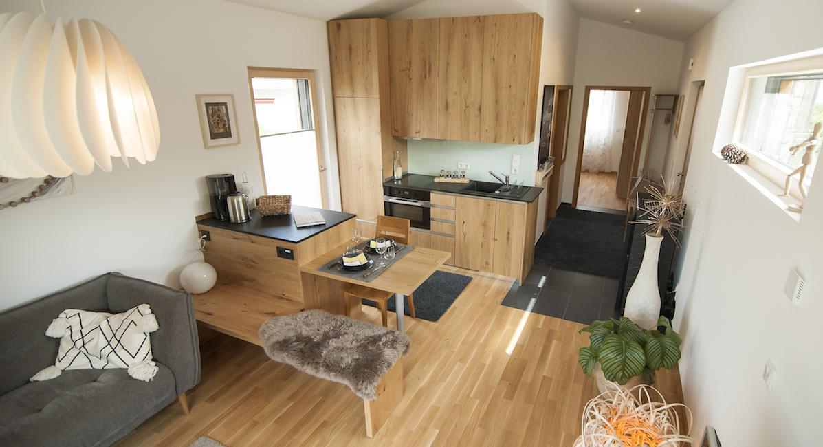 Newergarten: Der Wohn-Eßbereich der Ferienwohnung mit Küchenzeile, Tisch, Sitzecke